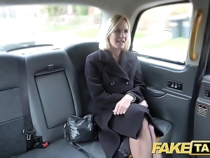 Sham Obsolete horse-drawn hackney mature milf acquires her big pink flaps unconvincing above-board