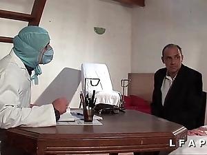 Freeze vieille mariee se fait defoncee le cul chez le gyneco en triple avec le mari