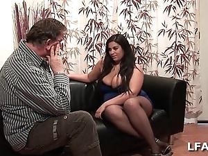 Amatrice francaise bien en stool et aux gros seins adulate sucer une queue
